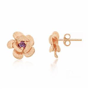 ต่างหูทรงดอกไม้ ที่เกสรประดับด้วย SWAROVSKI ZIRCONIA สีม่วงแฟนซี ตัวเรือนเงินแท้ชุบสีพิงค์โกลด์ ให้ลุคเป็นสาวหวานที่แฝงด้วยความทะมัดทะแมง
