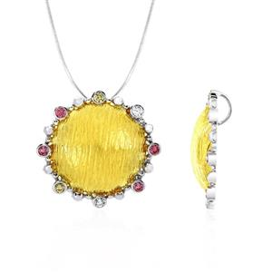 จี้ประดับด้วย SWAROVSKI ZIRCONIA สีชมพู สีเหลืองทอง และสีขาว ดีไซน์รูปพระอาทิตย์ บนตัวเรือนเงินแท้ชุบสีทูโทนทองคำและทองคำขาวแท้