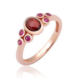 แหวนประดับโกเมน (Garnet) และทับทิม (Ruby) ตัวเรือนเงินแท้ชุบสีพิ้งค์โกลด์ (Pink Gold) ดีไซน์น่ารักแบบเรียบหรูแฝงไปด้วยความคลาสสิค
