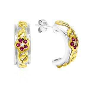 ต่างหูทรงครึ่งวงกลม ลายดอกไม้และเถาวัลย์ ประดับทับทิมแท้ (Ruby) และเพชร DiamondLike ตัวเรืองเงินแท้ สองกษัตริย์