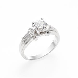 แหวน DiamondLike เม็ดใหญ่ใจกลางเรือน เรียบหรูมีระดับประดับด้วย Cubic Zirconia ตัวเรือนทำจากเงิกแท้ ชุบด้วยทองคำขาวสว่างทุกองศา สะกดทุกสายตา