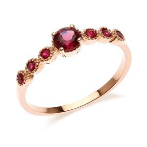 แหวนเงินแท้ 925 ชุปพิงค์โกลด์ เม็ดกลางชูเด่น ประดับพลอย สีม่วงอมแดง โรโดไลท์ (Rhodolite)  เพิ่มเสน่ห์ดึงดูด้วย สีแดง ทับทิม ( Ruby) กับดีไซน์ที่ไม่เหมือนใคร สไตล์เกาหลี ญี่ปุ่น
