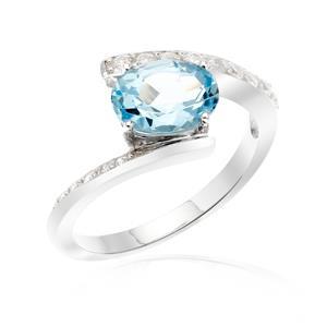 แหวนโทแพซ เงินแท้ 925 ชุบทองขาว เพิ่มเสน่ห์บนเรียวนิ้ว ด้วยพลอยสีฟ้า สกายบลู โทแพซ (Sky Blue Topaz) สวยสะดุดตาประกายแวววาวด้วย คิวบิกเซอร์โคเนีย(Cubic Zirconia)