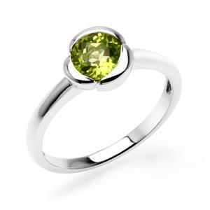 แหวนพลอยเพอริดอท (Peridot) ปกป้องคุ้มครองเสริมสิริมงคล ความโชคดี นำพาความเจริญรุ่งเรืองในชีวิต หัวแหวนดีไซน์เป็นกลีบดอกไม้ ตัวเรือนเงินแท้ชุบทองคำขาว