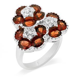 แหวนพลอยโกเมน(Garnet) ดีไซน์สุดแสนน่ารัก ด้วยดอกไม้ซ้อนกันถึง 3 ดอก บนตัวเรือนเงินแท้ชุบทองคำขาว