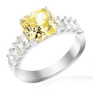 แหวนเพชร DiamondLike สีเหลือง รูปทรงสี่เหลี่ยม เสริมบ่าข้างด้วย เพชร DiamondLike ทรงบาเก็ตต์ สวยเก๋เด่นเป็นสง่า บนตัวเรือนเงินแท้ชุบทองคำขาว