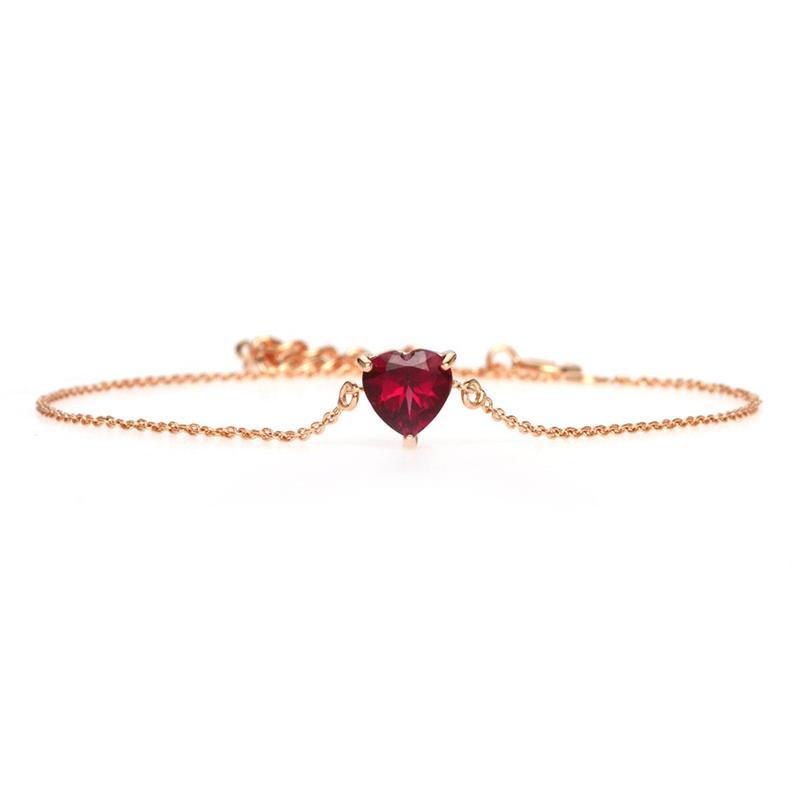 สร้อยข้อมือเงินแท้ 925 ชุปพิงค์โกลด์ (Pink Gold) ประดับพลอยการ์เน็ต(Garnet) สีแดงรูปหัวใจ  ดีไซน์เรียบหรู ดูมีเสน่ห์ แสดง ถึงความรักที่บริสุทธิ์ รักเดียวใจเดียว