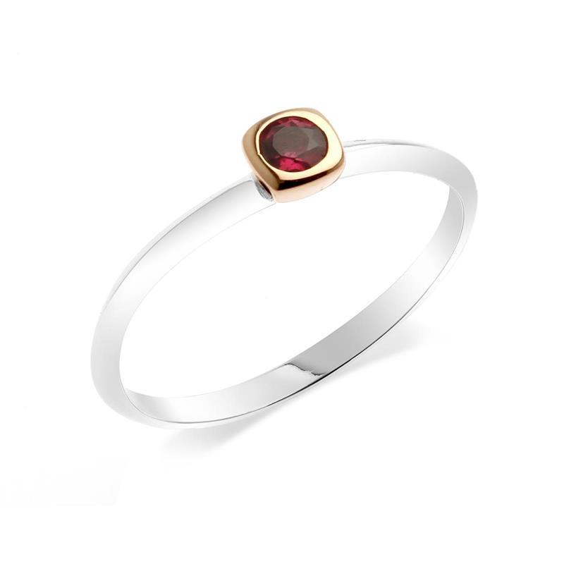 แหวนเงินแท้ ประดับพลอยสีม่วงอมแดง (Rhodolite) เม็ดเดี่ยว ชูความเก๋อย่างมีสไตล์ ตัวเรือนชุบ2ตัวเรือนชุบทองคำขาว และกระเปาะหุ้มพลอยชุบสีพิ้งโกล์ด