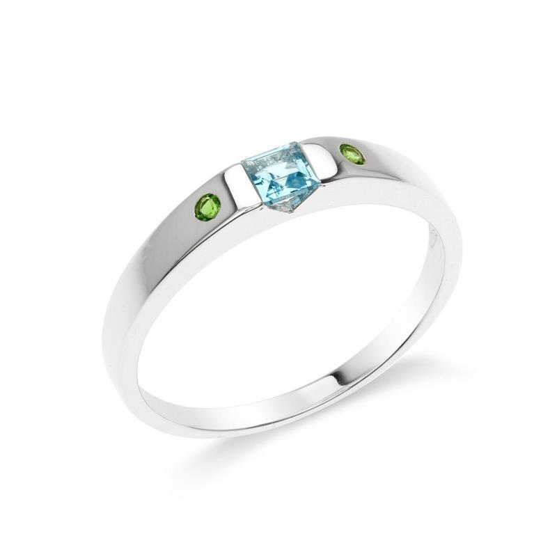 แหวนบลูโทแพซ (Blue Topaz) ประดับโครมไดออพไซต์ (Chrome Diopside) ดีไซน์เรียบหรู สวมใส่แล้วบ่งบอกถึงสไตล์ได้เป็นอย่างดี