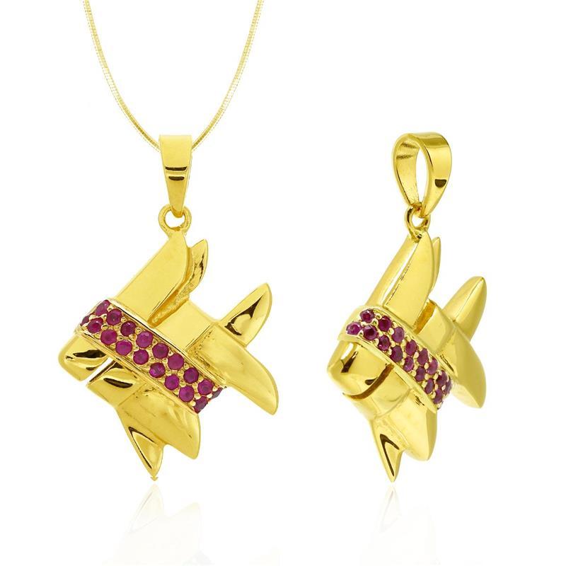 จี้เงินแท้ 925 ชุบทองคำสุดหรูหรา ดีไซน์รูปปลาตะเพียนสยาม ประดับด้วยทับทิมสยามเป็นลายรอบตัวปลา สื่อถึงความอุดมสมบูรณ์ ความเพียรพยายาม และความมีโชคลาภมาสู่ผู้สวมใส่
