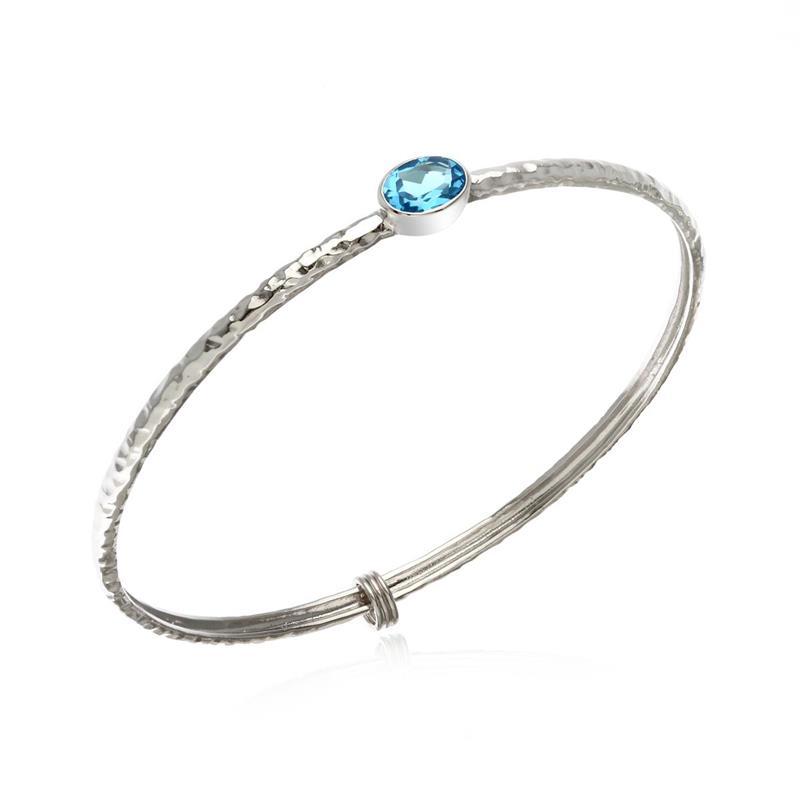 กำไลข้อมือเงินแท้ 925 ดีไซน์เรียบเก๋ ชุบทองขาวประดับพลอยสีฟ้า บลูโทแพซ(Blue Topaz) ชูสวยโดดเด่นสีสดใส สามารถเลือกประดับตกแต่งด้วยตัว Charm ให้กำไลดูมีสไตล์แบบไม่ซ้ำใคร