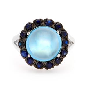 แหวนบลูโทแพซ(Blue Topaz) ล้อมรอบด้วยไพลิน ด้านหน้าชุบ Black Rhodium โดดเด่นไม่ซ้ำใคร ตัวเรือนเงินแท้ 925 ชุบทองคำขาว