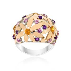 แหวนดีไซน์โดดเด่นลายดอกไม้ซ้อนกันประดับ แซฟไฟร์สีส้ม (Orange Sapphire) แซฟไฟร์สีชมพู (Pink Sapphire) อะเมทิสต์ (Amethyst) ตัวเรือนเงินแท้ชุบทอง 2สี ทองพิ้งค์โกลด์และ ทองคำขาว