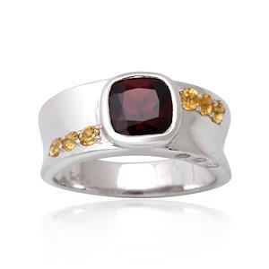 แหวนโกเมน(Garnet)  ประดับด้วย แซฟไฟร์สีเหลือง(Yellow Sapphire) และ คิวบิกเซอร์โคเนีย (Cubic Zirconia) ตัวเรือนเงินแท้ 925 ชุบทองคำขาว