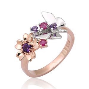 แหวนดีไซน์ดอกไม้และผีเสื้อ ประดับอะเมทิสท์ (Amethyst) และทับทิม (Ruby) ตัวเรือนเงินแท้ชุบสีพิ้งค์โกลด์และทองคำขาว เหมาะมากกับเรียวนิ้วของสาวหวานตัวจริง