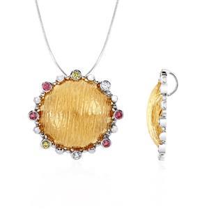 จี้ประดับด้วย SWAROVSKI ZIRCONIA สีชมพู สีเหลืองทอง และสีขาว ดีไซน์รูปพระอาทิตย์ บนตัวเรือนเงินแท้ชุบสีทูโทนทองคำขาวและพิงค์โกลด์แท้