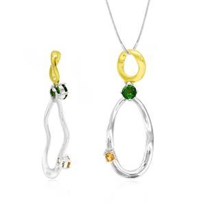 จี้ดีไซน์น่ารัก ประดับพลอยโครมไดออฟไซด์ (Chrome Diopside) และออเร้นจ์ แซฟไฟร์ (Orange Sapphire) ตัวเรือนเงินแท้ชุบสีแบบทูโทน ชุบทองคำขาวและทองคำแท้