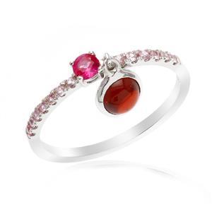 แหวนแห่งความรัก ประดับพลอยทับทิม โกเมน และพิงค์แซฟไฟร์ ออกแบบเก๋ไก๋คล้ายกุญแจคล้องใจ ให้ความรักมั่นคง ตัวเรือนเงินแท้ ชุบทองคำขาว
