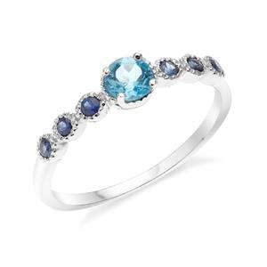 แหวนเงินแท้ 925 ชุปทองคำขาว ประดับพลอย สีฟ้า บลูโทแพซ (Blue Topaz) ชูเด่นกับดีไซน์เล็กน่ารักๆ  เพิ่มเสน่ห์ดึงดูด กับพลอยสีน้ำเงิน ไพลิน(Blue Sapphire)  ตรงบ่าข้างดูสะดุดตา น่าหลงไหล