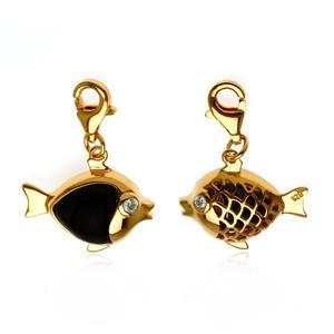 ชาร์มลูกปลาเป็นสัญลักษณ์ของการมีมากมายล้นเหลือ มีเหลือกินเหลือใช้ ไม่ขาดและโชคดี ตัวเรือนเงินแท้ ชุบทอง (Yellow Gold) ประดับพลอย ออนิกซ์ (Black Onyx )และ  คิวบิกเซอร์โคเนีย (Cubic Zirconia)