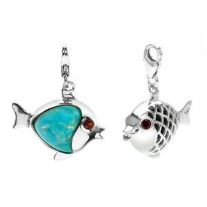 ชาร์มลูกปลา สัญลักษณ์ของการมีมากมายล้นเหลือ ตัวเรือนเงินแท้ ชุบทองคำขาวประดับพลอยเทอร์ควอยซ์ (Turquoise ) และสีแดงก่ำ โกเมน(Garnet)