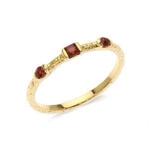 แหวนเงินแท้ 925 ประดับพลอย โกเมน (garnet) เพิ่มลวดลายบนตัวเรือนให้ดูเก๋ไก๋  ตัวเรือนชุบทอง เสริมสร้างความมั่นใจด้วยเครื่องประดับจาก LenYa Jewelry
