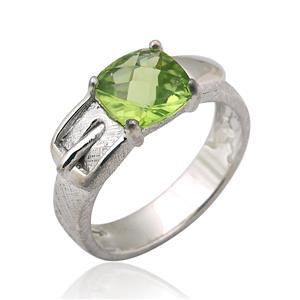 แหวนหัวเข็มขัด ดีไซน์เก๋ไก๋ ประดับด้วยด้วยพลอย เพอริดอท(Peridot) เจียระไนหน้าตาราง ตัวเรือนเงินแท้925 ชุบด้วยทองคำขาว