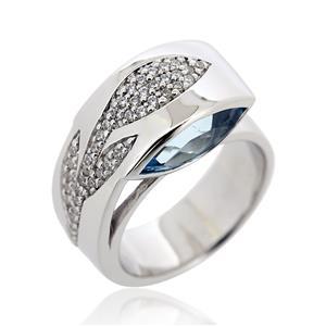 แหวน บลูโทแพซ(Blue Topaz) เพิ่มระยิบระยับด้วย คิวบิกเซอร์โคเนีย (Cubic Zirconia) สีขาวเม็ดเล๊กๆ ตัวเรือนเงินแท้ 925 ชุบทองคำขาว