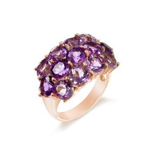 แหวนพลอยอเมทิสต์ (Amethyst) ประดับพลอยสีม่วงเข้มขนาบด้วยพลอยสีม่วงอ่อน หรูหราและโดดเด่น บนตัวเรือนเงินแท้ชุบพิ้งค์โกลด์