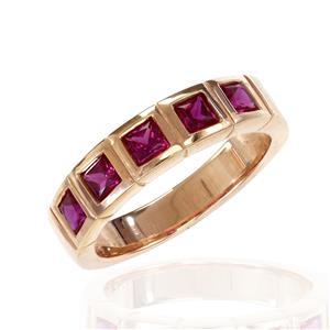 แหวน LENYA ETERNAL ประดับด้วย SWAROVSKI ZIRCONIA รูปทรงสีเหลี่ยมสีทับทิม ดีไซน์รูปแบบเฉพาะสวมใส่ได้ทั้งชายหญิง บนตัวเรือนเงินแท้ชุบทองพิ้งโกล