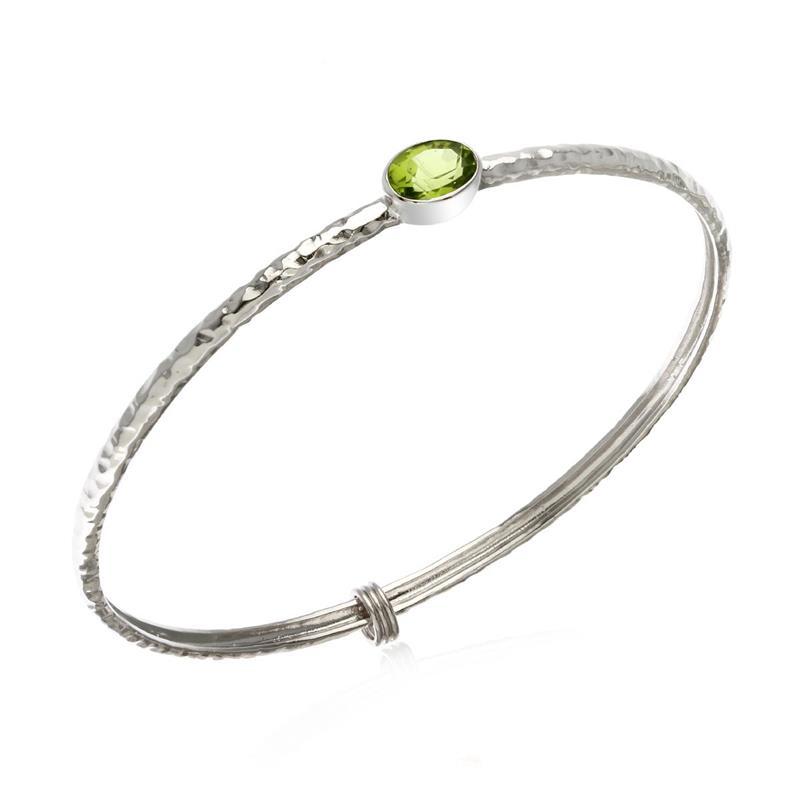 กำไลข้อมือเงินแท้ 925 ดีไซน์เรียบเก๋ชุบทองขาว ประดับพลอยสีเขียวอมเหลือง เพอริดอต (Peridot) โดดเด่นสวยงามแพรวพราว สามารถเลือกประดับตกแต่งด้วยตัว charm ให้กำไลดูมีสไตล์แบบไม่ซ้ำใคร