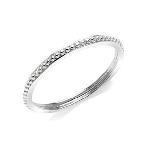 แหวนเงินแท้ 925 ชุบโรเดียม พื้นผิวแหวนมีลวดลายในตัว สวยได้แม้ไม่มีอัญมณีมาประดับ