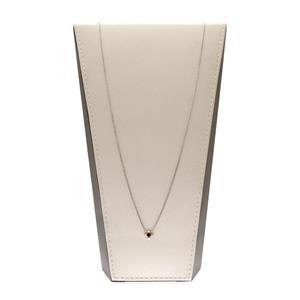 สร้อยคอเงินแท้ 925 ชุบทองคำขาว ประดับตรงกึ่งกลางด้วย โรโดไลท์ (Rhodolite) ให้ความรู้สึกหรูหรา เป็นเอกลักษณ์