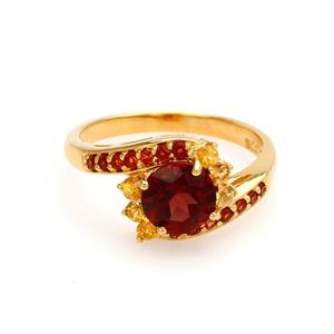 แหวน โกเมน(Garnet) ประดับด้วยพลอยเม็ดเล็กๆ แซฟไฟร์สีเหลือง(Yellow Sapphire) และ โกเมน(Garnet)  ตัวเรือนเงินแท้ 925 ชุบทองคำ