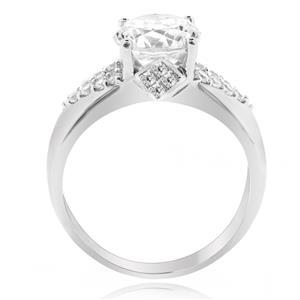 แหวนเพชร DiamondLike เม็ดหลักขนาด 2 กะรัต ประดับบ่าข้างด้วยเพชรดีไซน์รูปตัว V ตัวเรือนเงินแท้ชุบทองคำขาว